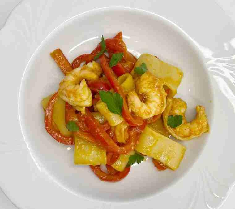 Calamarata gamberi peperoni e passata di ciliegino giallo