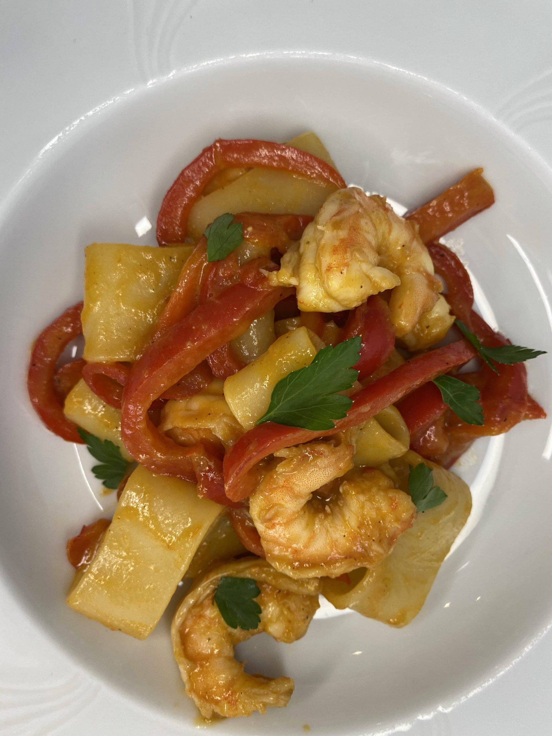 Calamarata gamberi peperoni e ciliegino giallo